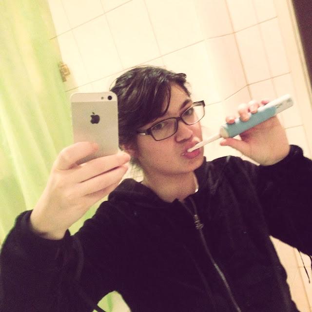 Fräulein Berger beim Zähneputzen