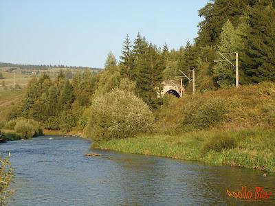Tunel pe malul apei