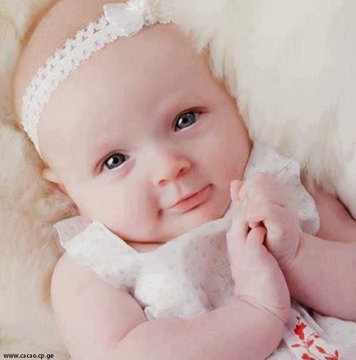 Bébé le plus mignon au monde  avec yeux bleus