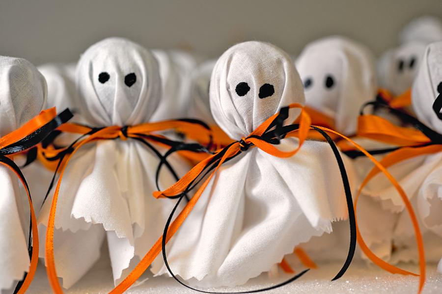 Lollipop ghosts munchkins and mayhem for Decoracion para halloween