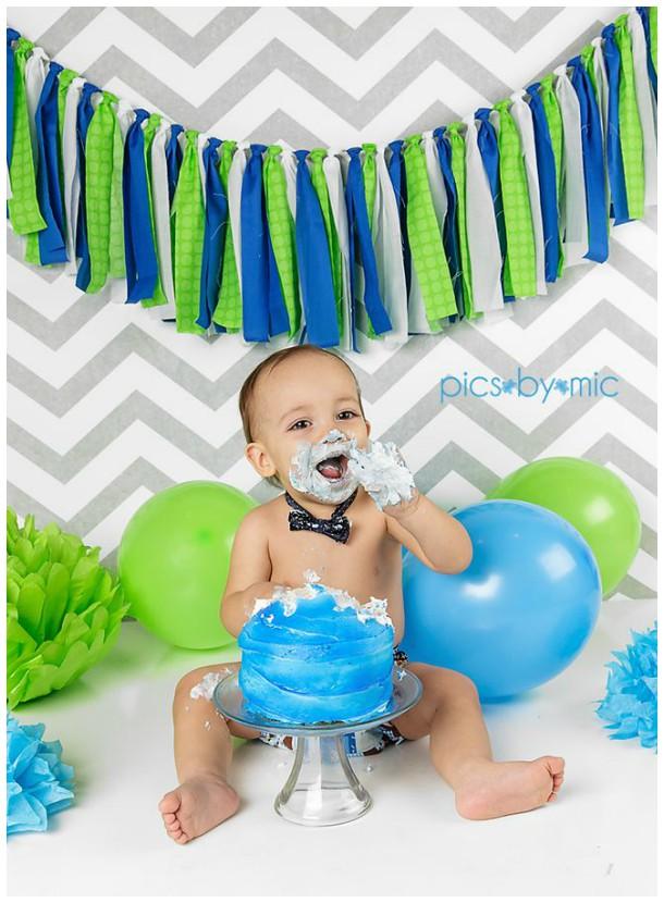 Menino comendo um bolo azul!