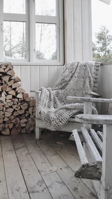 Aranżacja tarasu z wykorzystaniem dekoracji z polan drewna