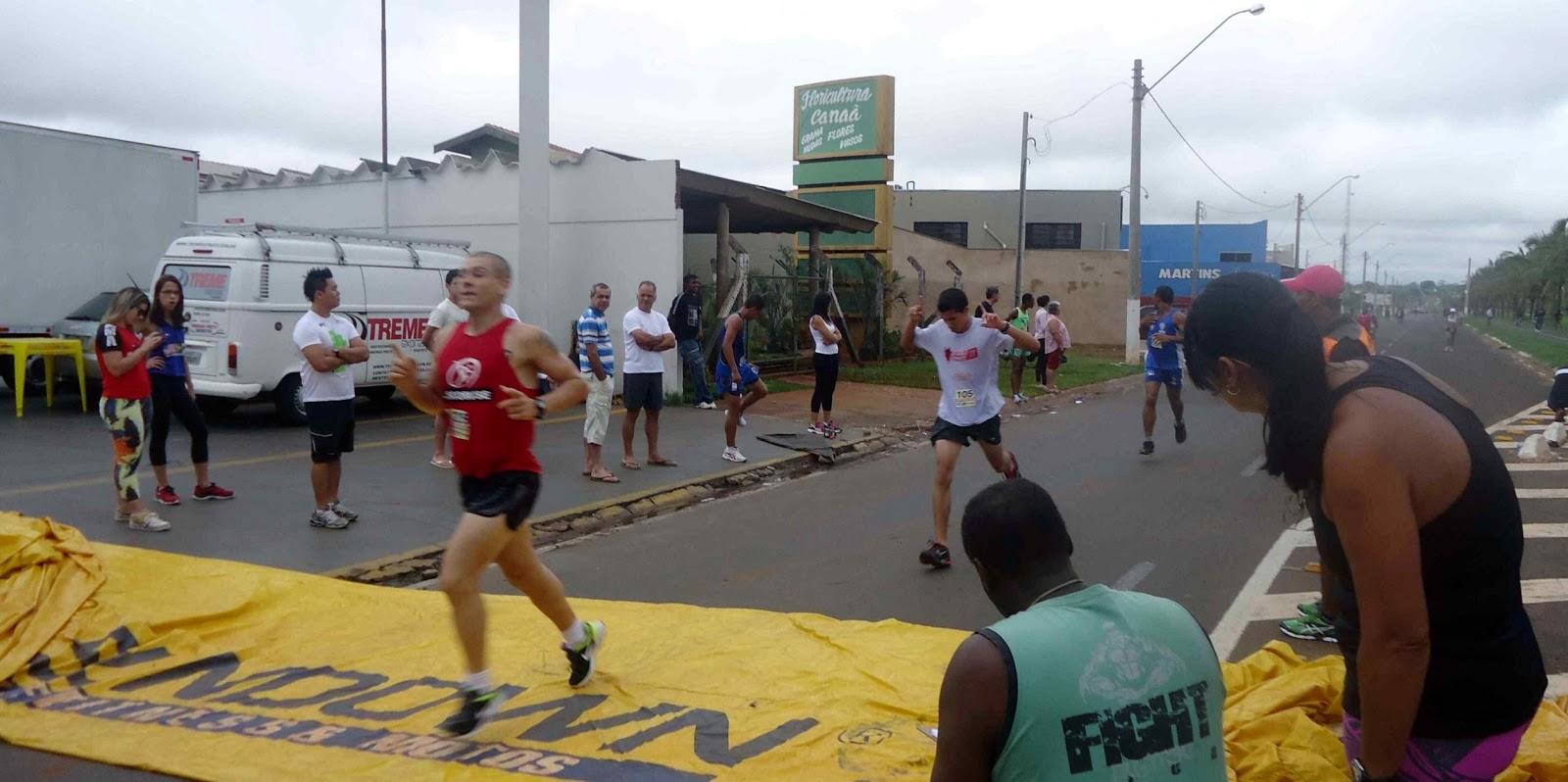 Foto 91 da 1ª Corrida Av. dos Coqueiros em Barretos-SP 14/04/2013 – Atletas cruzando a linha de chegada