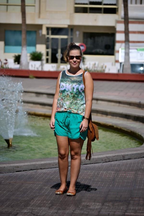 camiseta_tokyo_look_outfit_tonos_verdes_bolso_flecos_primark_bailarinas_puntera_glitter_nudelolablog_04