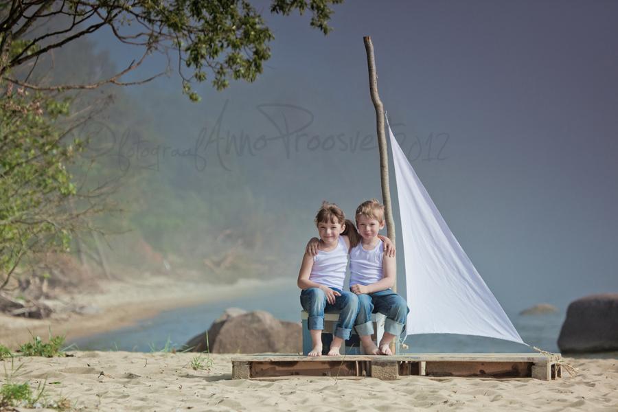 lapsed istuvad purjekal