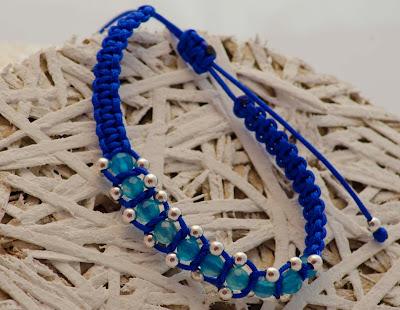 Pulsera de bolas de plata y ágatas azules facetadas, montadas en nylon azulón con terminales de plata