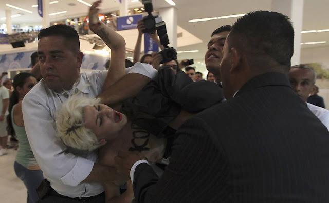 Integrantes do 'Femen' protestam em frente à 'casa de vidro' do BBB e são retiradas com truculência