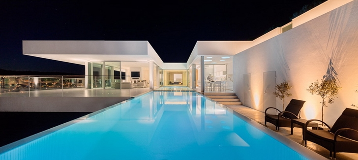 Swimming pool in Modern Villa Escarpa by Mario Martins at night