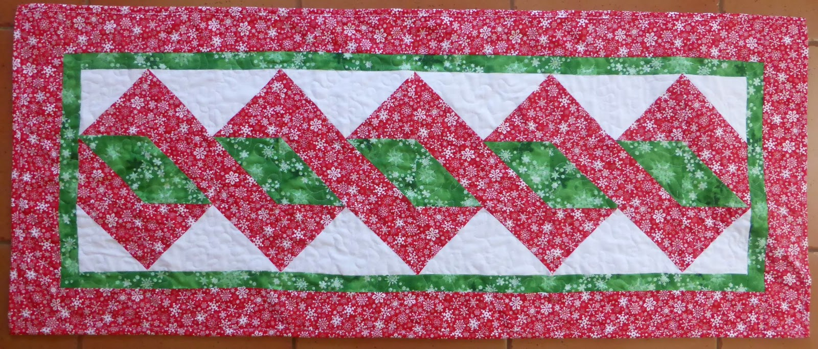 Free Quilt Patterns Table Runners Download : Quilt Inspiration: Free pattern day: Christmas Table Runners!