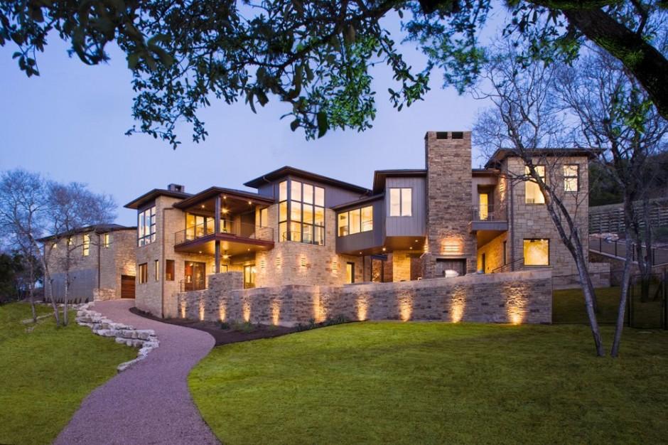 Красивый дом на поле для гольфа