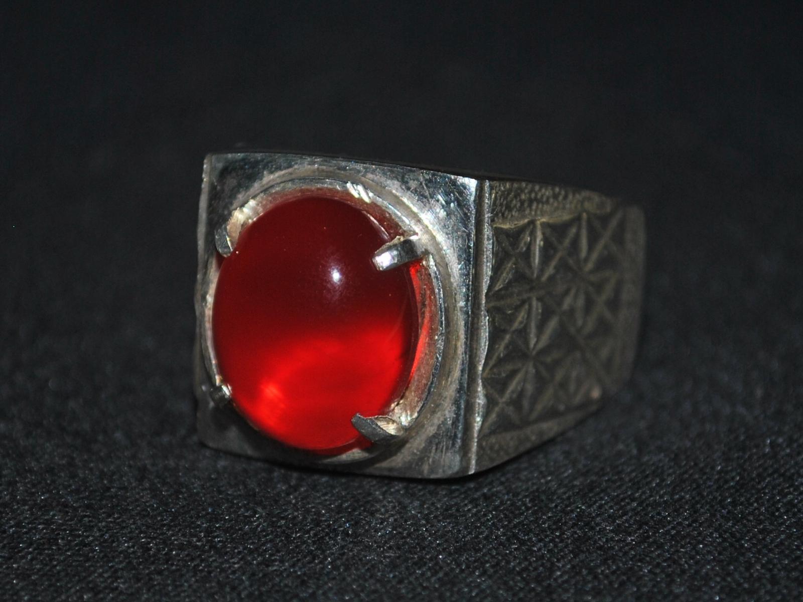 ... , warnanya benar-benar seperti darah segar. Tali cincin dari perak