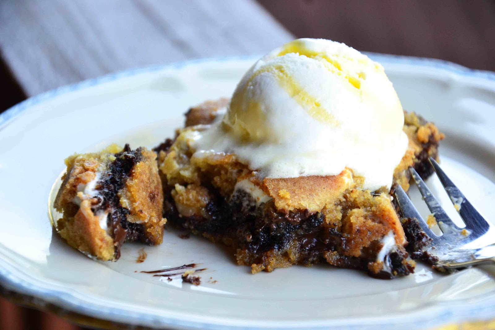The eccentric Cook: Brownies stuffed Smore's Bars