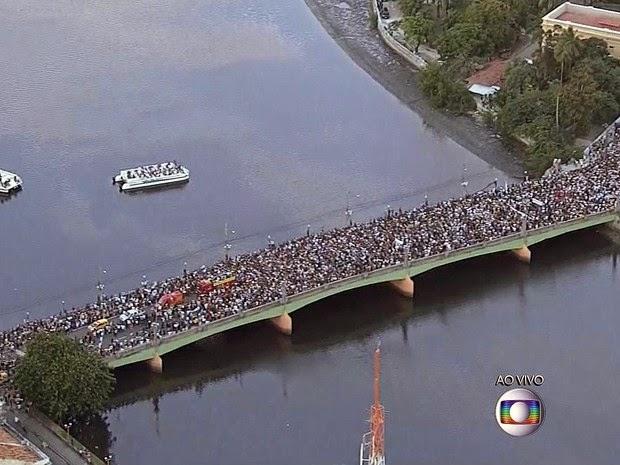 Cortejo que leva caixão com o corpo de Eduardo Campos passa pela Ponte Princesa Isabel, em direção ao Cemitério de Santo Amaro, no Recife. (Foto: Reprodução / TV Globo)