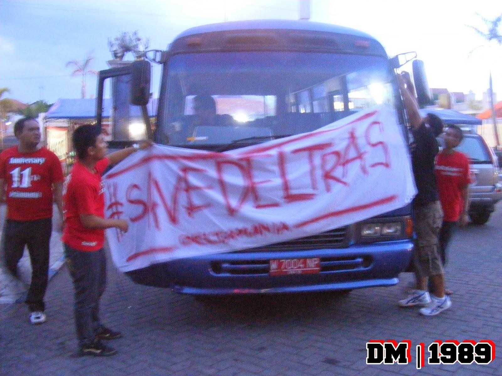 Spanduk Save Deltras yang dipasang di Bus Pemain Deltras . Sebelum kompetisi Divisi Utama 2013 lalu digelar