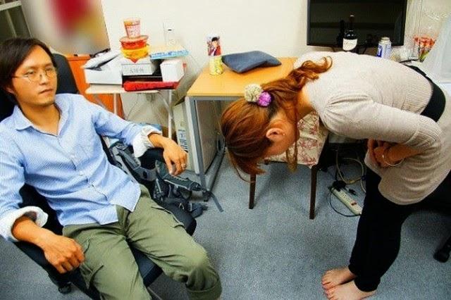 Cara Unik Sekaligus Konyol Wanita Jepang Minta Maaf