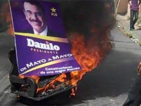 En Los Tres Brazos hacen hogueras con propaganda electoral de Danilo Medina; una mujer herida durante protestas