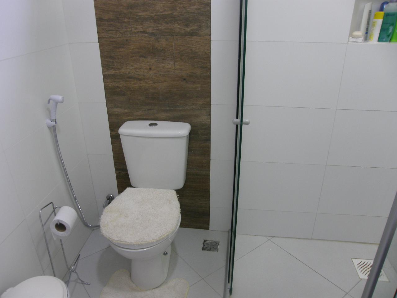 entre os dois banheiros é o painel na parede atrás dos vasos #356147 1280x960 Banheiro Casal Dois Vasos