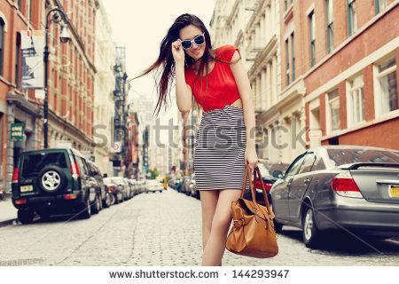 wanita busana merah