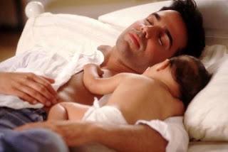 Padre durmiendo con su bebe