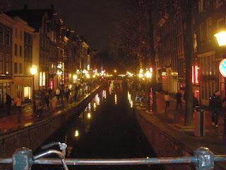 Uno de los canales que rodea el centro de la ciudad de Amsterdam