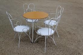 sillas y mesa en metal