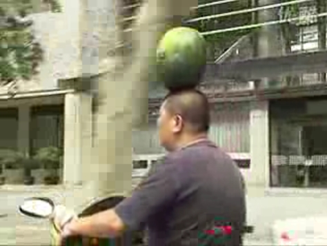 474x357xman-carrying-watermelon-on-head-while-riding-scooter-pic.jpg.pagespeed.ic.Ma_aygyuPI.jpg