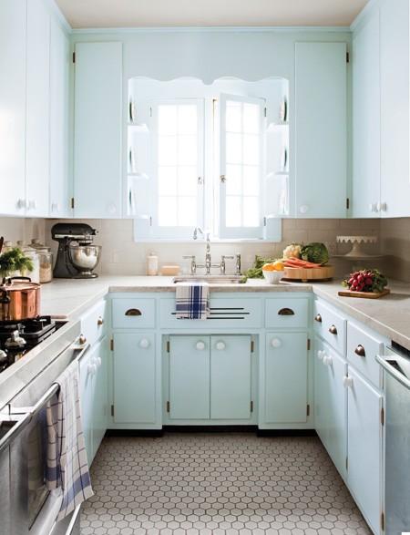 Una cocina peque a y con car cter a tiny kitchen desde - Cocinas largas y estrechas ...
