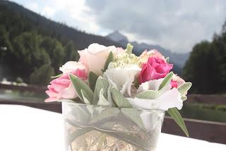 Blumenarrangements in weiß und rosa