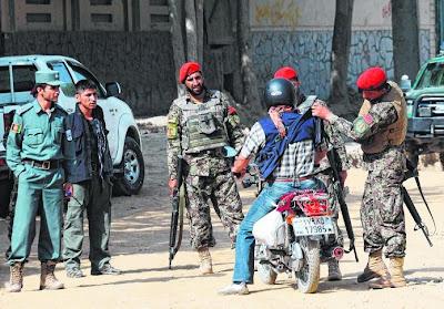 Empat lelaki yang bersenjata api dan bom menyerang pintu masuk Istana