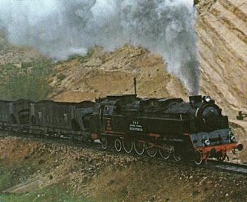 Locomotora de vapor remolcando tolvas de carbón