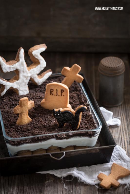 Halloween Dessert Friedhof Nachtisch mit Grabstein Keksen Tiramisu