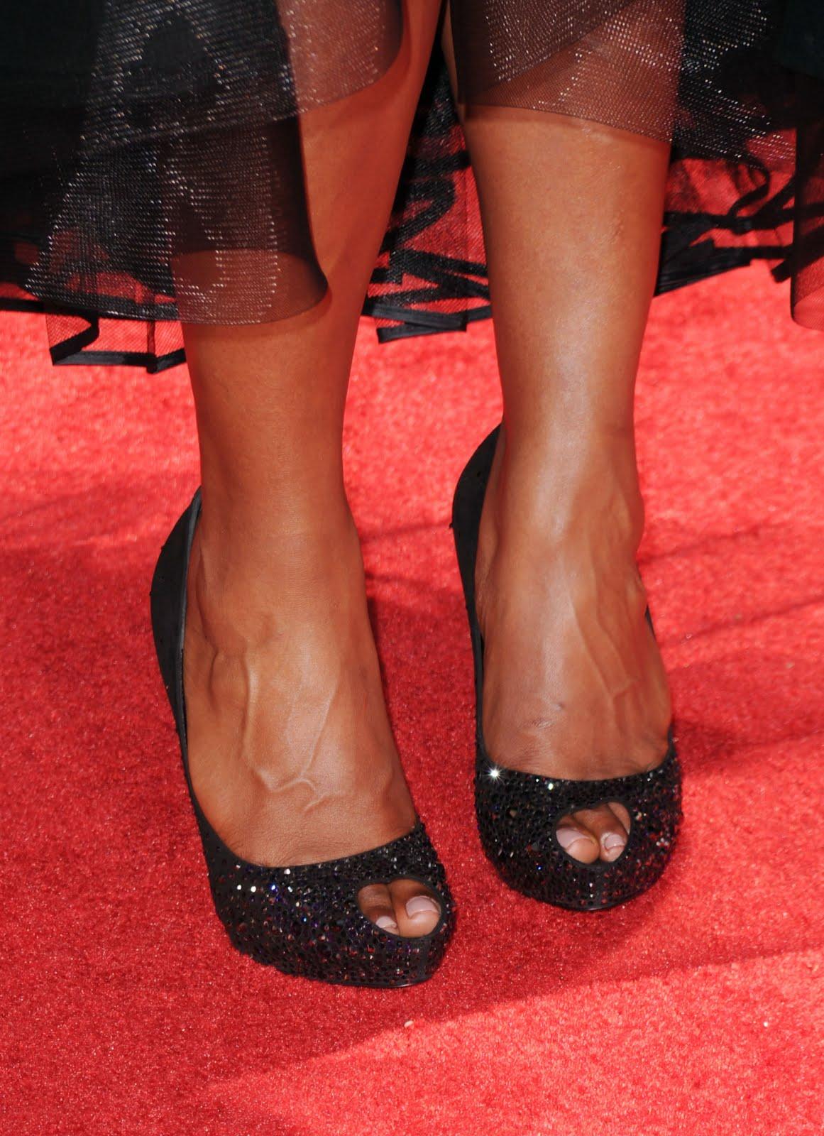 http://4.bp.blogspot.com/-VbKBzMjqRhg/TfYC8ghmYTI/AAAAAAAAAv8/R-zxSEYRJfo/s1600/Mindy-Kaling-Feet-427314.jpg
