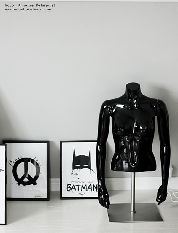 skyltdocka, skyltdockor, på stativ, svarta högglansiga, högglansigt, svart, stativet, torso, tavla, tavlor, poster, posters, konsttryck, batmantavla, batman, batmanprint, batmanprints, batmantavlor, batmanposter, batmanposters, barntavla, barntavlor, peacetavla, peace, peacemärket, annelies design, webbutik, webbutiker, webshop, inredning, inrednignsdetaljer,