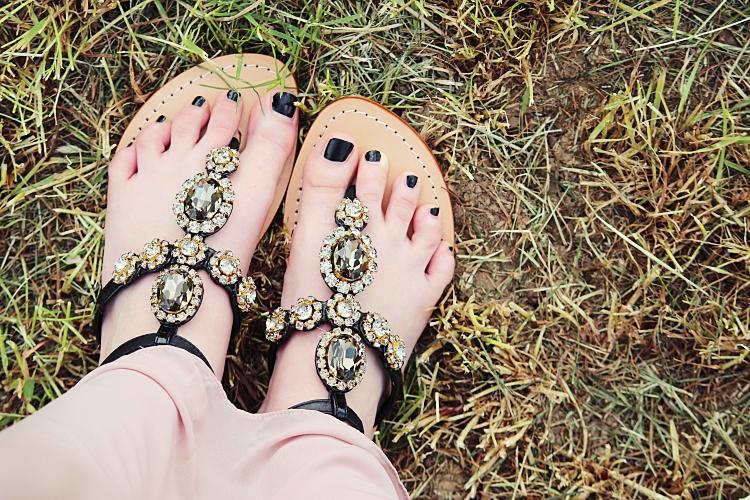 funkelnde Sandalen mit Glitzer und Steinen