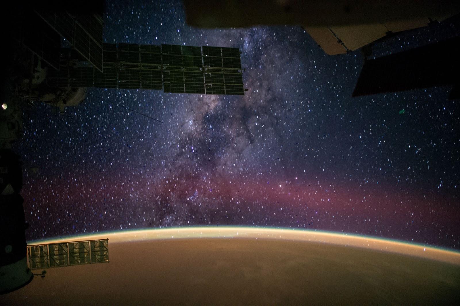 Фотография ночного неба над пустыней Сахара