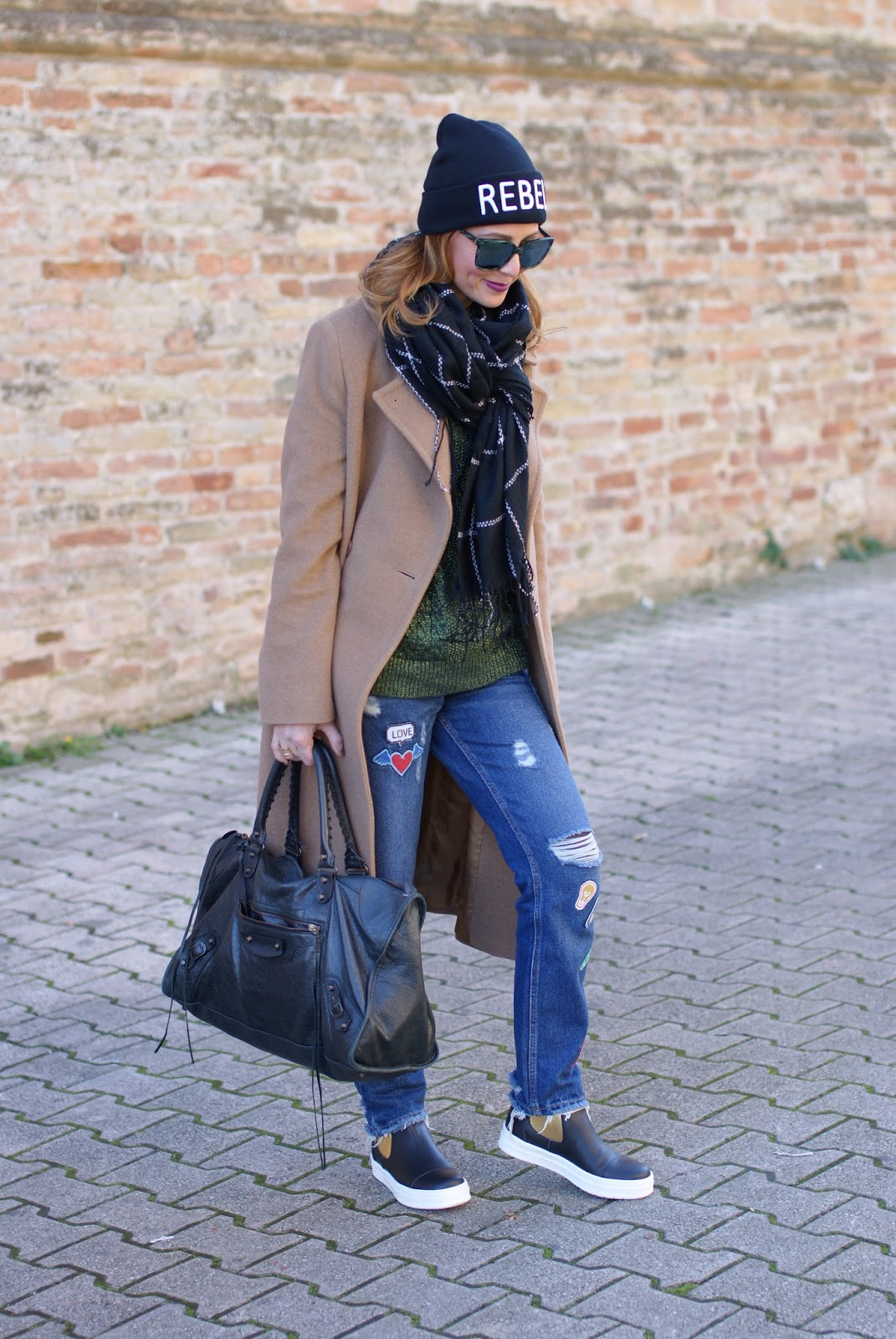 Frayed hem patched jeans and camel maxi coat with B&H shoes stivaletti flats on Fashion and Cookies fashion blog, fashion blogger style