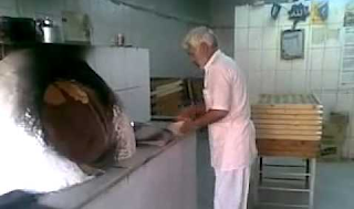 عامل مخبز يبصق على العجين قبل إدخاله الفرن