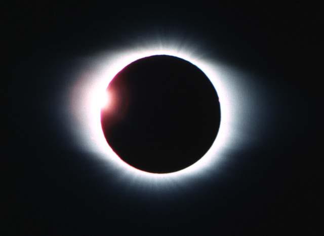 http://4.bp.blogspot.com/-VdGpHcpSFks/TZVLoL3AfWI/AAAAAAAAAHA/1iz75f7pHAg/s1600/eclipse.jpg