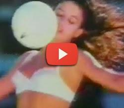 Propaganda de 1989 das Calcinhas DeMillus - mulheres jogando futebol.