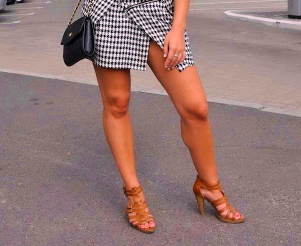 фото женские ножки на улицах городов