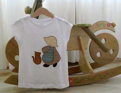 Camiseta niña. Camiseta Sunbonnet Sue. Camiseta Sue. Sunbonnet Sue. Camiseta Sunbonnet. Ropa infantil. Ropa niñas. Camiseta gato. Gato. Sunbonnet y gato. Camiseta patchwork.