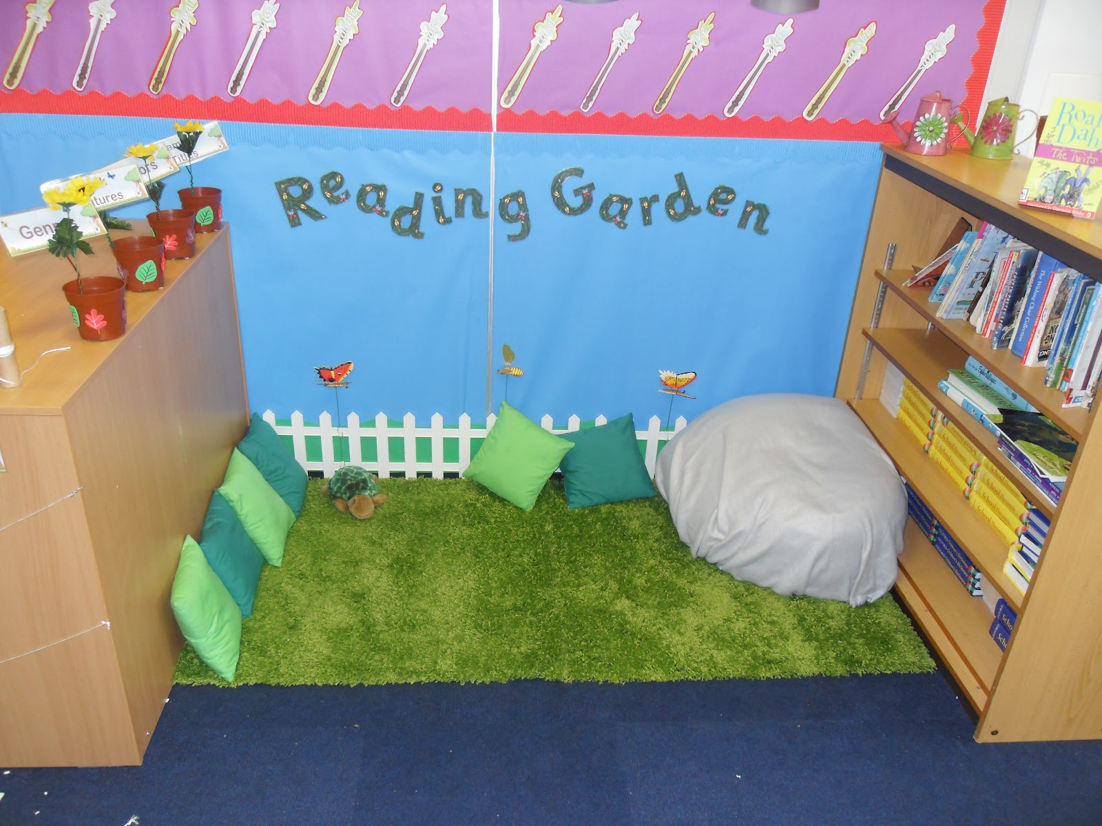 Love learn live grow reading garden for Space themed book corner