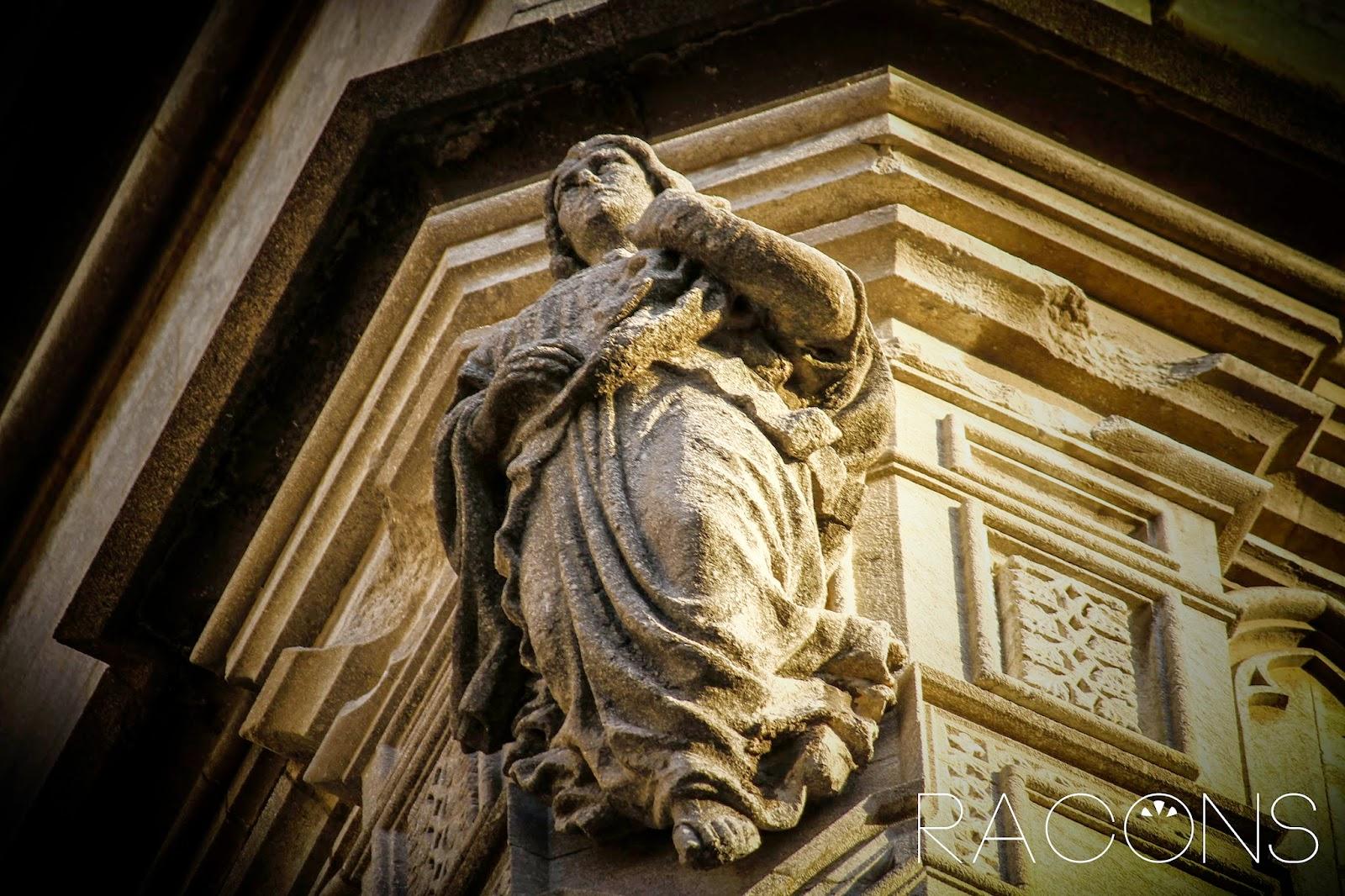 Àngel situat a la façana de l'Església del Sagrat Cor