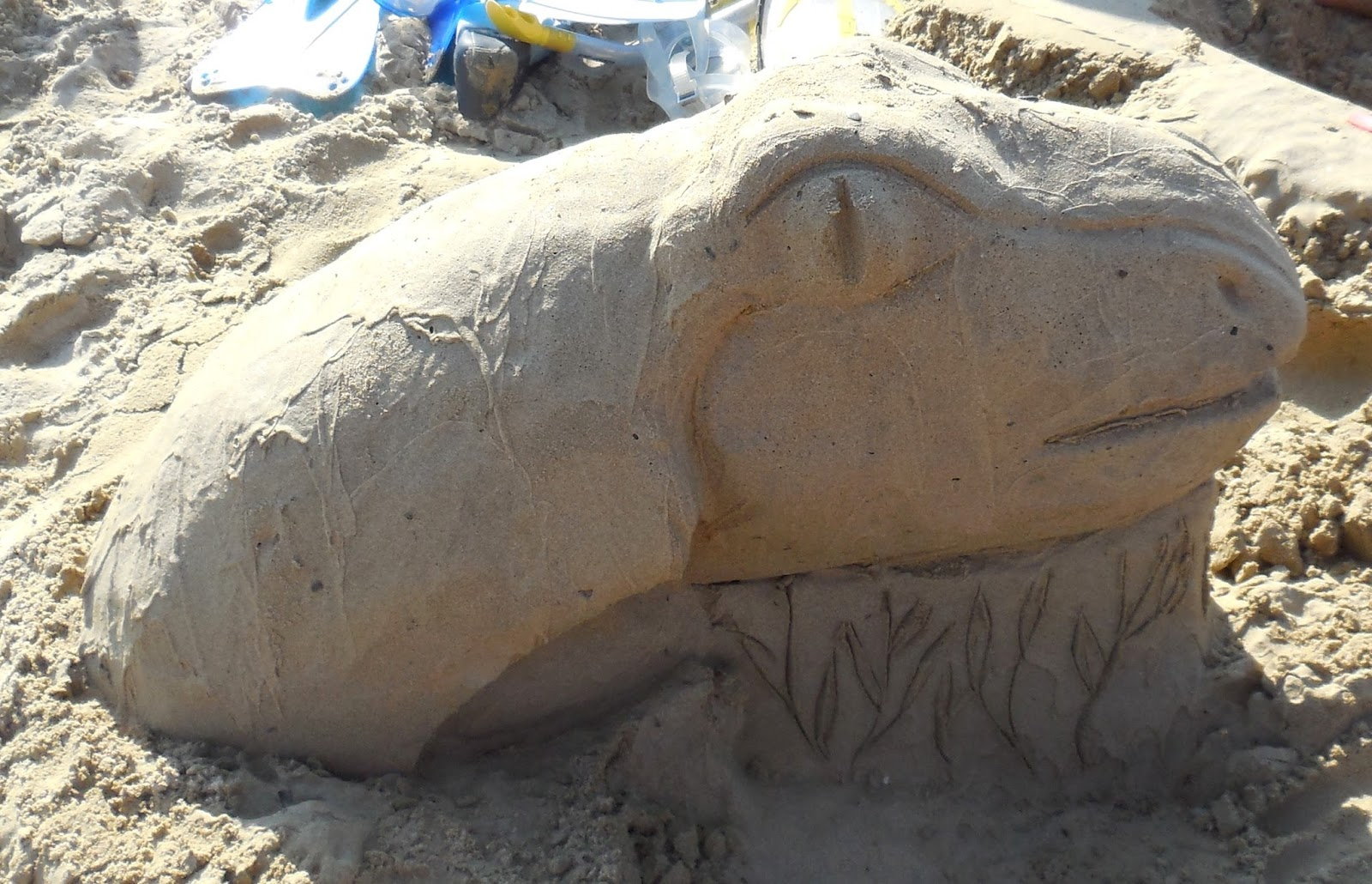 ch teaux de sable monstre du loch ness arrive sur la plage. Black Bedroom Furniture Sets. Home Design Ideas