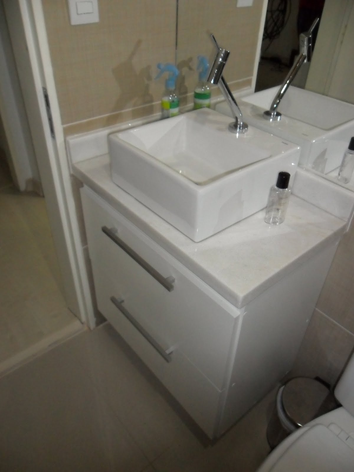 Arquitetura: Cozinha e Banheiro de apartamento renovados!!! #4A636D 1200x1600 Banheiro Com Bancada Branca