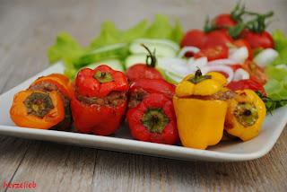 Gefüllte Mini-Paprikaschoten vom Grill mit einem sommerlilchen Salat
