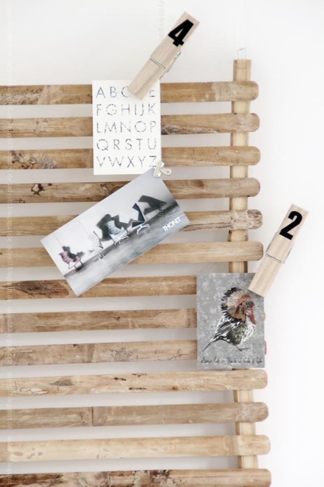 Bambus Wandboard TineK mit Postkarten und großen Holzklammern