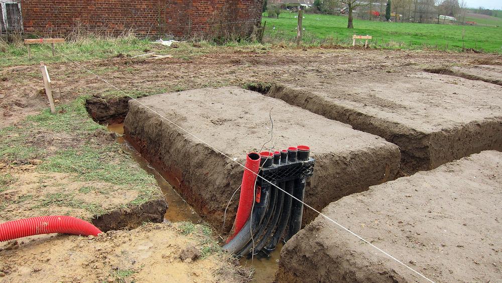 Construire en bois au pays de la pierre bleue chantier jour 5 for Prise de terre fond de fouille