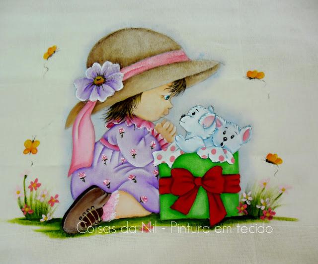 fralda de tecido com pintura de menina com cachorrinhos dentro de uma caixa de presentes