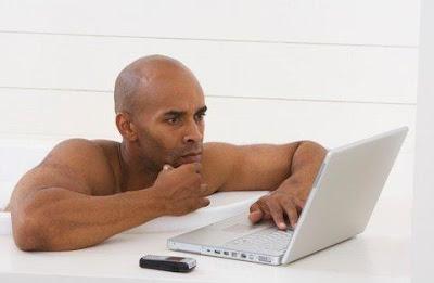 man-watching-porn - الأفلام الإباحية تؤثر سلبا على العلاقة الحميمه بين الزوجين